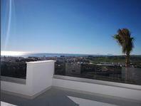 Takvåning med panorama utsikt över havet