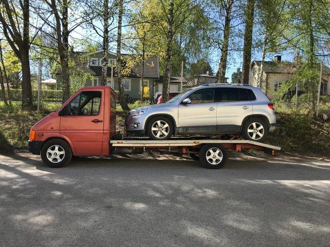 Skrota bilen / Biltransport / Bilbärgning - Södertälje - Vi hämtar alla typer kompletta skrotbilar kostnadsfri i Stockholm, Södertälje och Södermanland.Vi transporterar alla slags bilar i hela Sverige snabbt, enkelt och effektivt, som tex nya och begagnade bilar, rep.objekt, körförbud, avst - Södertälje